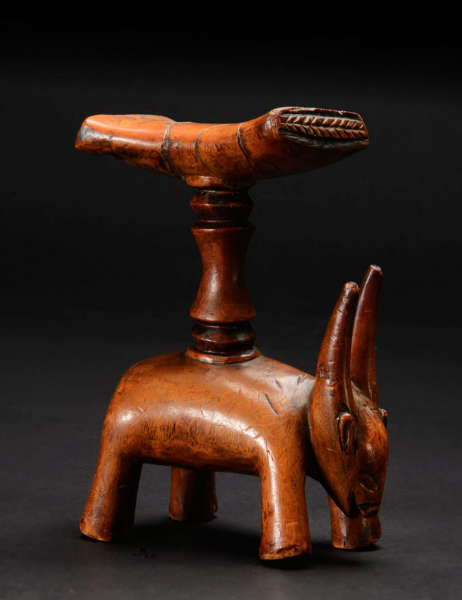 Artcurial Luba headrest Sleeper of last weekend: a zoomorphic Luba headrest