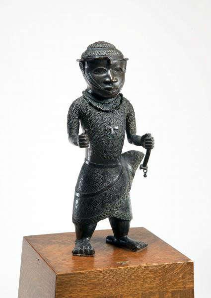 Standing male figure. Bini or Edo, Nigeria. Height: 56,5 cm. Image courtesy of The Barnes Foundation (A230).