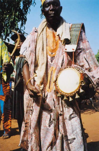 Yoruba drum player. Published in: Rivallain (J.) & Iroko (F. A.), Yoruba: masques et rituels africains, Paris, 2000: p. 91.