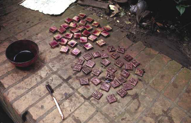 Small Akan brass boxes stained with potassium permanganate to dull the surface finish. Plateau market place, Abidjan, July 1988. Image courtesy of Christopher Steiner (p. 143, fig. 33).