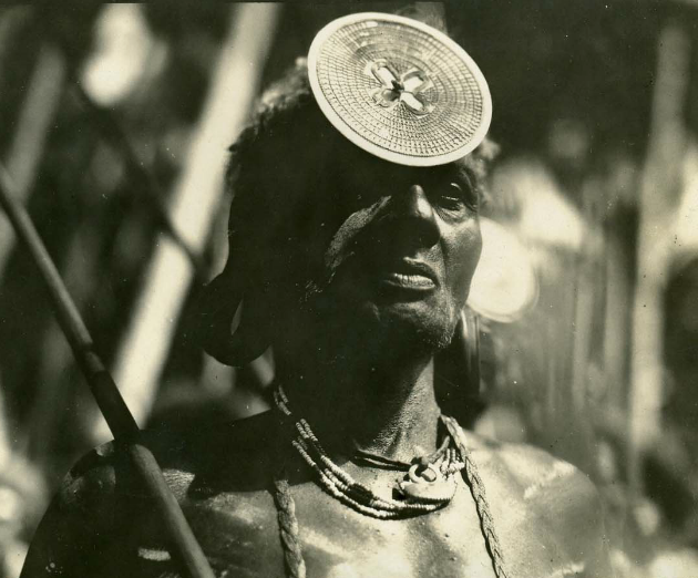 Portrait of a chief wearing a large kapkap on the forehead (ca. 1920). Image courtesy of Galerie Meyer.